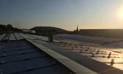 PV-Anlagenbau bei Sonnenuntergang